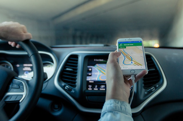 Tips Memakai GPS Dengan Aman Saat Berkendara